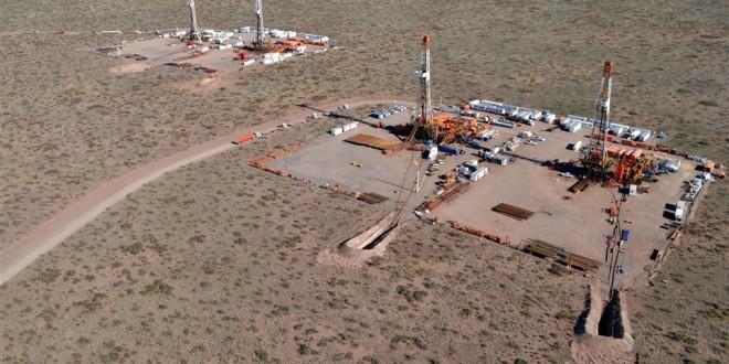 Continúa a la baja la producción petrolera en agosto, pero se recupera la extracción de gas
